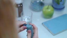 Inhalador del asma en la tabla Equipamiento médico en el tratamiento del ataque de asma metrajes