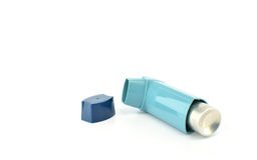 Inhalateur de bronchodilateur employant dans le patient d'asthme sur le fond blanc Photo stock