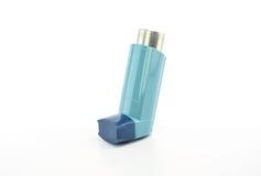 Inhalateur de bronchodilateur employant dans le patient d'asthme sur le fond blanc Images libres de droits