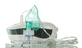 Inhalateur de compresseur avec le masque de bébé, d'isolement sur le blanc Photos libres de droits