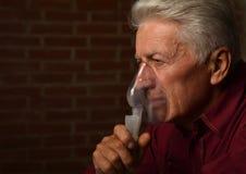 Inhalateur mûr d'homme Photographie stock