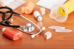 Inhalateurs aérosol, stéthoscope, aerochamber, emballage et medici Photographie stock