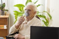 Inhalation des voies respiratoires supérieures Photos libres de droits