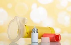 Inhalator, aerochamber und Medizin auf abstraktem Gelb Stockfoto
