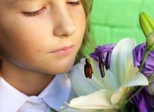 Inhale el olor del lirio foto de archivo libre de regalías