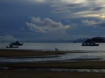 Inhaleer de ochtendlucht bij het strand royalty-vrije stock foto's