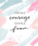 Inhaleer moed uitademen vrees Inspirational citaat, de afficheontwerp van de muurkunst Moderne kalligrafie op abstract pastelkleu royalty-vrije illustratie