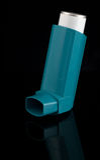 inhaler ένα άσθματος αντανάκλασ&et Στοκ εικόνα με δικαίωμα ελεύθερης χρήσης