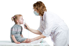 Inhaler εκμετάλλευσης γιατρών μάσκα για την αναπνοή παιδιών στοκ φωτογραφία με δικαίωμα ελεύθερης χρήσης