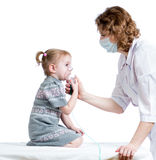 Inhaler εκμετάλλευσης γιατρών μάσκα για την αναπνοή παιδιών στοκ εικόνα με δικαίωμα ελεύθερης χρήσης