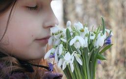 Inhalez les fleurs d'arome photographie stock libre de droits