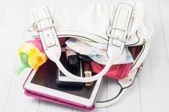 Inhalt der Tasche einer Frau Lizenzfreie Stockfotografie