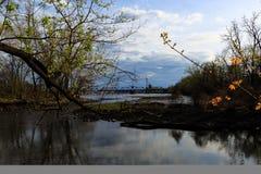 Inhamgebied die de uitstekende brug van de metaalspoorweg over Hudson River buiten NY van Albany bekijken Stock Foto