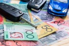 'Inhandla eller uthyrnings- 'befruktning med leksakbilen och australiska dollar royaltyfri fotografi