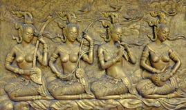 Inheems cultuur Thais beeldhouwwerk op de tempelmuur stock foto's