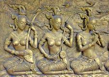 Inheems cultuur Thais beeldhouwwerk op de tempelmuur stock afbeeldingen