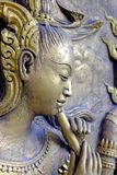 Inheems cultuur Thais beeldhouwwerk op de tempelmuur stock foto