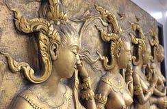 Inheems cultuur Thais beeldhouwwerk op de tempelmuur stock afbeelding
