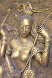 Inheems cultuur Thais beeldhouwwerk op de tempelmuur royalty-vrije stock foto