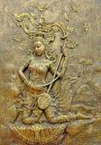 Inheems cultuur Thais beeldhouwwerk op de tempelmuur royalty-vrije stock fotografie