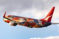 Inheems geschilderd Qantas Boeing die 737-838 vh-VXB ` Yananyi `-het vertrekken Melbourne Internationale Luchthaven dromen royalty-vrije stock foto's