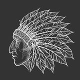 Inheems Indiaan belangrijkst hoofdprofiel Vector uitstekende illustratie Hand getrokken stijl Boheems element tatoegering stock illustratie