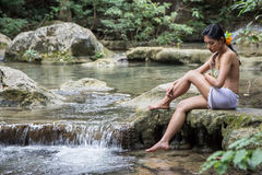 Inheems meisje in het bos dichtbij water royalty-vrije stock foto's
