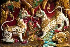 Inheems Thais stijlhoutsnijwerk in een tempel Royalty-vrije Stock Foto's