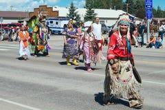 Inheemse Amerikaan in hoofddeksel bij Groene de Dagparade van Rivierrendezvouz stock afbeeldingen