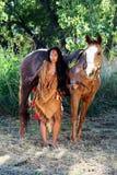 Inheemse Amerikaans en Haar Paard Stock Foto