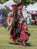 Inheemse Amerikaanse Dansers bij a pow-wauw stock foto's