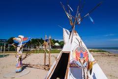 Inheemse Amerikaanse Indische tipi en totempaal op het strand blauwe sk Royalty-vrije Stock Foto's