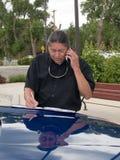 Inheemse Amerikaanse mens die op celtelefoon spreekt Royalty-vrije Stock Foto's
