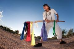 Inheemse Amerikaanse mens met kleurrijke vlaggen Stock Fotografie