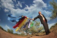 Inheemse Amerikaanse mens met kleurrijke vlaggen Royalty-vrije Stock Afbeeldingen