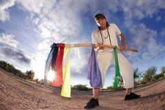 Inheemse Amerikaanse mens met kleurrijke vlaggen Stock Foto's