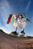 Inheemse Amerikaanse mens met kleurrijke vlaggen Stock Afbeelding