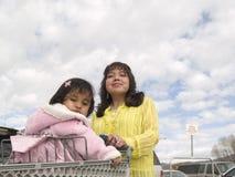 Inheemse Amerikaanse moeder & dochter klaar te winkelen Stock Foto