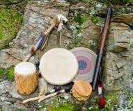 Inheemse Amerikaanse Trommels met Regenstok en Geestjager. Royalty-vrije Stock Afbeeldingen