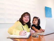 Inheemse Amerikaanse vrouw aan het werk met kind Royalty-vrije Stock Foto's