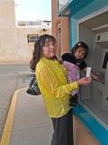 Inheemse Amerikaanse vrouw bij ATM Royalty-vrije Stock Foto