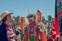 Inheemse Amerikanen kleedden zich in volledige regalia 2019 Chumash Dag Powwow en het Intertribal Verzamelen zich in Malibu, CA stock afbeelding