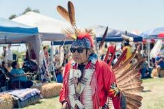 Inheemse Amerikanen kleedden zich in volledige regalia 2019 Chumash Dag Powwow en het Intertribal Verzamelen zich in Malibu, CA royalty-vrije stock fotografie