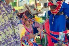 Inheemse Amerikanen in Volledige Regalia bij de Gebeurtenis van Pow wauw in Malibu, CA royalty-vrije stock foto's