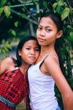 Inheemse Aziatische mensen, zustersportret in het landbouwbedrijf Stock Afbeeldingen