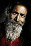 Inheemse Hogere Indische Mens die het Cameraconcept bekijken Stock Fotografie