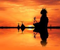 Inheemse Indiaan in de tent bij zonsondergang Royalty-vrije Stock Afbeelding