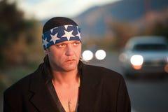 Inheemse mens door de kant van de weg Stock Fotografie