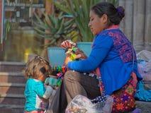 Inheemse Mexicaanse vrouw en kind verkopende poppen in de straten van San Miguel de Allende Royalty-vrije Stock Foto