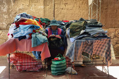 Inheemse olsvrouw in een markt, Argentinië Stock Afbeeldingen